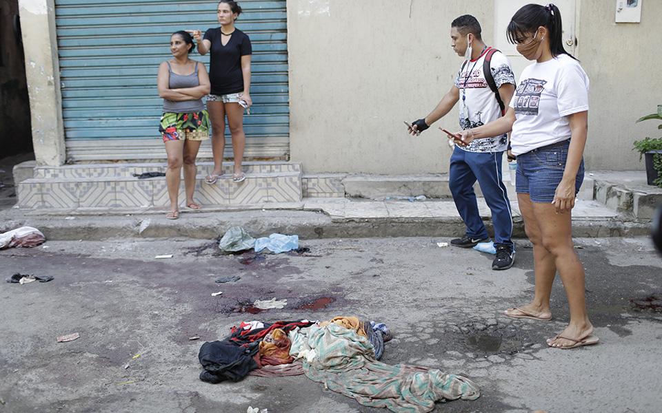 i-pio-aimatiri-astynomiki-epicheirisi-se-favela-toy-rio-me-dekades-nekroys-fotografies3