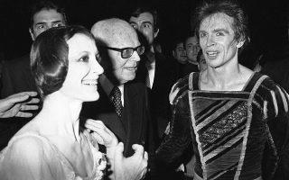 Φωτ. αρχείου AP /Gianni Foggia - Η Κάρλα Φράτσι με τον Ρούντολφ Νουρέγιεφ μετά την παράταση Ζιζέλ στην Όπερα της Ρώμης, Φεβ. 1980