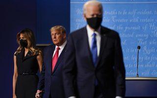 Φωτ. αρχείου: AP Photo/Julio Cortez- Τραμπ και Μπάιντεν μετά το ντιμπέιτ της 22ας Οκτωβρίου 2020
