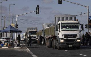 Φωτ: AP/Tsafrir Abayov - Φορτηγά μεταφέρουν ανθρωπιστική βοήθεια στη Γάζα