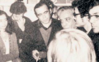 O Στρατής Τσίρκας συνομιλεί με αναγνώστες στο βιβλιοπωλείο «Καρτιέ Λατέν» του Παρισιού, όπου πήγε τον Ιανουάριο του 1972 για να παραλάβει το βραβείο καλύτερου ξένου μυθιστορήματος για τις «Ακυβέρνητες πολιτείες». Δίπλα του ο Θανάσης Βαλτινός.