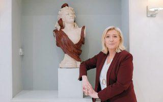 Η επικεφαλής του ακροδεξιού Εθνικού Συναγερμού Μαρίν Λεπέν δίπλα σε άγαλμα της Μαριάν (αλληγορική μορφή της Γαλλικής Δημοκρατίας). Μιλάει για σχηματισμό κυβέρνησης εθνικής ενότητας, στην οποία θα συμμετέχουν και προσωπικότητες της Αριστεράς. (Φωτ. Dmitry Kostyukov / The New York Times)
