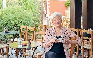 Η Ολυμπία Δουκάκη απολαμβάνει τον ελληνικό καφέ της στο Costa Navarino, στο πλαίσιο της φωτογράφισης για το περιοδικό του τελευταίου (φωτ. ΒΑΓΓΕΛΗΣ ΖΑΒΟΣ).