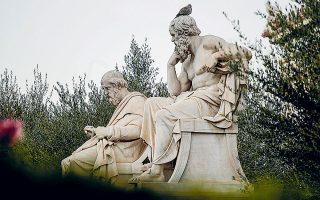 Πολλοί πανεπιστημιακοί τονίζουν ότι Ελληνες και Ρωμαίοι ουδέποτε θεώρησαν τους εαυτούς τους «λευκούς» και πως τα λευκά μαρμάρινα γλυπτά, που τόσο ενέπνευσαν τους απανταχού λάτρεις της λευκής φυλής από τον 18ο αιώνα και μετέπειτα, ήταν πιθανότατα βαμμένα σε έντονα χρώματα (φωτ. A.P. Photo / Petros Giannakouris).