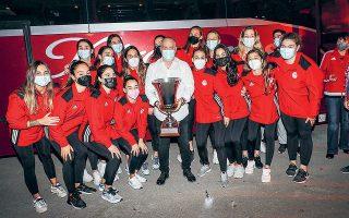 Τα κορίτσια του Χάρη Παυλίδη από το αεροδρόμιο κατευθύνθηκαν στο γήπεδο της ποδοσφαιρικής ομάδας, όπου αποθεώθηκαν από φίλους του συλλόγου (φωτ. INTIME NEWS).