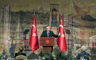 O Τούρκος πρόεδρος παραδέχθηκε ότι η κεντρική τράπεζα είχε καταφύγει στα συναλλαγματικά διαθέσιμα της χώρας για να υπερασπιστεί το νόμισμα, τόνισε πως ενδέχεται να το επαναλάβει εάν κριθεί απαραίτητο και, προς μεγάλη έκπληξη της αγοράς, προσέθεσε ότι το ποσό που είχε δαπανηθεί στην πραγματικότητα έφθασε τα 165 δισ. δολάρια (φωτ. REUTERS).