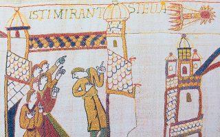 Λεπτομέρεια από τη μήκους 70 μέτρων «ταπισερί» της Μπαγιέ στη Γαλλία (11ος αι. μ.Χ.) που απεικονίζει το πέρασμα του κομήτη του Χάλεϊ το 1066, πριν από τη μάχη του Χάστινγκς, ανάμεσα στον βασιλιά Χάρολντ της Αγγλίας και στους επιδρομείς Νορμανδούς, στην οποία ο Χάρολντ έχασε τη ζωή του. (Φωτ. SHUTTERSTOCK)