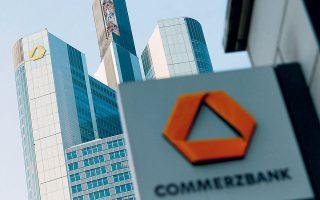 Η απόφαση αφορά κατά κύριο λόγο την Postbank, αλλά ταυτόχρονα ενδιαφέρει και έντεκα εκατομμύρια καταθέτες της Commerzbank, της δεύτερης μεγαλύτερης γερμανικής τράπεζας, η οποία είχε επίσης αποφασίσει μονομερώς να ζητήσει από τους πελάτες της ποσό 4,90 ευρώ μηνιαίως ως «έξοδα τήρησης» για κάθε τρεχούμενο λογαριασμό από την 1η Ιουλίου (φωτ. REUTERS).