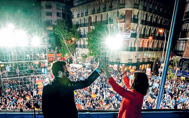 Η νικήτρια των εκλογών στη Μαδρίτη Ισαμπέλ Ντίαθ Αγιούσο και ο πρόεδρος του PP γιορτάζουν τη νίκη τους ενώπιον εκατοντάδων υποστηρικτών τους, αμέσως μετά την οριστικοποίηση του εκλογικού αποτελέσματος (φωτ. EPA).
