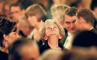 Ο φακός «συλλαμβάνει» τη Βισουάβα Σιμπόρσκα να φυσάει τον καπνό από το τσιγάρο της ανάμεσα σε άλλους καλεσμένους, κατά την απονομή των βραβείων Νομπέλ στο Δημαρχείο της Στοκχόλμης, στις 10 Δεκεμβρίου του 1996. Λίγο νωρίτερα, της είχε απονεμηθεί το Νομπέλ Λογοτεχνίας. (Φωτ. A.P./Soren Andersson)