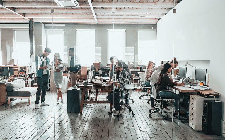 Η διευθέτηση του χρόνου εργασίας εφαρμόζεται ήδη σε συγκεκριμένες εταιρείες. Αυτό που αναμένεται να αλλάξει, σύμφωνα με το υπουργείο Εργασίας, είναι ότι η διευθέτηση θα μπορεί να ισχύσει σε επιχειρήσεις όπου δεν υπάρχουν καθόλου συνδικάτα ή αν το θέλει ο ίδιος ο εργαζόμενος (έπειτα από αίτημά του).