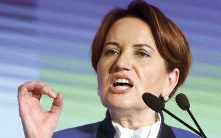 """«Πιθανότατα θα υπάρξει συνεργασία της """"Εθνικής Συμμαχίας'' με το Κόμμα του Μέλλοντος και το Κόμμα της Προόδου και της Δημοκρατίας», δήλωσε η επικεφαλής του εθνικιστικού κόμματος iYi Μεράλ Ακσενέρ, αναφερόμενη στους πολιτικούς σχηματισμούς των Νταβούτογλου και Μπαμπατσάν αντιστοίχως (φωτ. Depo Photos via A.P.)."""
