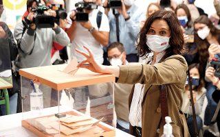 Η Ισαμπέλ Ντίαθ Αγιούσο ενώ ψηφίζει στις πρόωρες εκλογές της περασμένης Τρίτης για το τοπικό Κοινοβούλιο της Μαδρίτης. (Φωτ. EPA / Chema Moya)