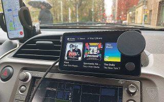 Η συσκευή του Spotify θυμίζει smartphone, έχοντας πάντως και κάτι που μοιάζει με το ρετρό στρογγυλό χειριστήριο ενός ραδιοφώνου.