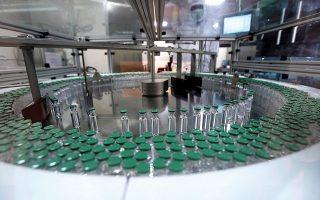 Τόσο στον ανεπτυγμένο όσο και στον αναπτυσσόμενο κόσμο υπάρχουν εργοστάσια με εμπειρία στην παρασκευή εμβολίων, που προσπάθησαν να κλείσουν συμφωνίες παραγωγής με τις εταιρείες που κατέχουν τις πατέντες αλλά απέτυχαν (φωτ. A.P. Photo/Rafiq Maqbool).