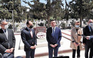 Ο Τούρκος υφυπουργός Εξωτερικών Γιαβούζ Σελίμ Κιράν μπροστά από την επιτύμβια στήλη του Αχμέτ Σαδίκ, κατά την πρόσφατη επίσκεψή του στη Θράκη. (Φωτ. TWITTER)