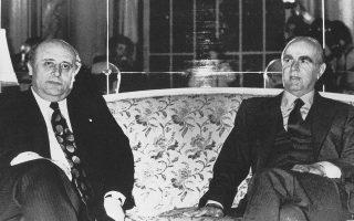 Βρυξέλλες, 31.5.1975. Οι πρωθυπουργοί της Ελλάδας Κωνσταντίνος Καραμανλής (δεξιά) και της Τουρκίας Σουλεϊμάν Ντεμιρέλ συναντώνται στο περιθώριο της συνόδου κορυφής του ΝΑΤΟ. Είναι η πρώτη ελληνοτουρκική συνάντηση κορυφής μετά την κυπριακή κρίση και κύριο θέμα των συνομιλιών τους η ένταση στο Αιγαίο. (Φωτ. ΜΙΧΑΛΗΣ Ν. ΚΑΤΣΙΓΕΡΑΣ «ΕΛΛΑΔΑ, 20ός ΑΙΩΝΑΣ, ΟΙ ΦΩΤΟΓΡΑΦΙΕΣ»)