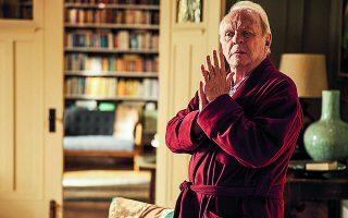 Στον «Πατέρα», ο Αντονι Χόπκινς υποδύεται έναν γέροντα στην αρχή της άνοιας, που δεν λέει να εγκαταλείψει τον έλεγχο της κόρης του, αφού βλέπει με φρίκη την προοπτική να μείνει αβοήθητος ή να καταλήξει σε γηροκομείο.