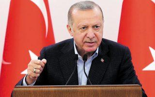Σύμφωνα με την εφημερίδα Karar, στο παρελθόν ο Σεντάτ Πεκέρ είχε υποστηρίξει τον Ερντογάν και είχε φωτογραφηθεί μαζί του, ενώ έλεγε πως «αν γονατίσει ο Ερντογάν, τότε θα γονατίσει και η Τουρκία» (φωτ. Turkish Presidency via A.P.).