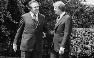 Η σταθεροποίηση της Δημοκρατίας στην Πορτογαλία δεν ήταν εύκολο εγχείρημα. Τη διετία που μεσολάβησε από την Επανάσταση των Γαριφάλων έως τις εκλογές του 1976, οι ΗΠΑ στήριξαν ενεργά τις μετριοπαθείς δημοκρατικές δυνάμεις (στη φωτ. ο Μάριο Σοάρες με τον Αμερικανό πρόεδρο Κάρτερ το 1977).  Φωτ. ASSOCIATED PRESS