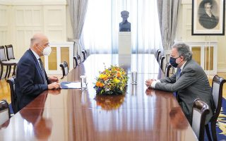 Ο υπουργός Εξωτερικών Νίκος Δένδιας ενημέρωσε τους εκπροσώπους των κομμάτων για τα αποτελέσματα της άτυπης πενταμερούς για το Κυπριακό στη Γενεύη, αποδίδοντας το αδιέξοδο στην τουρκοκυπριακή και τουρκική αδιαλλαξία. Στη φωτογραφία, με τον εκπρόσωπο του ΣΥΡΙΖΑ Γ. Κατρούγκαλο (φωτ. ΥΠΕΞ / Χαρης Ακριβιαδης).