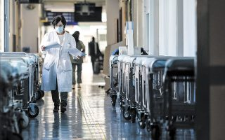 Ο αριθμός νέων ημερήσιων εισαγωγών ασθενών με COVID-19 στα νοσοκομεία έχει υποχωρήσει σε επίπεδα κάτω από 400, όταν το διάστημα από τα μέσα Μαρτίου έως και τις 20 Απριλίου κυμαινόταν γύρω στο 500 (φωτ. INTIME NEWS).