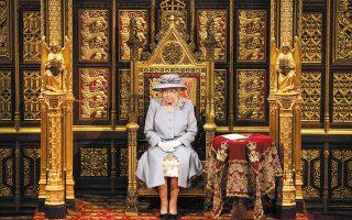 Για πρώτη φορά μόνη, χωρίς τον θρόνο του συζύγου της, πρίγκιπα Φιλίππου, που πέθανε πρόσφατα, αλλά και χωρίς να φοράει το στέμμα της, εκφώνησε την καθιερωμένη ομιλία στη Βουλή των Λόρδων στο παλάτι του Γουέστμινστερ η βασίλισσα Ελισάβετ Β΄ (φωτ. Chris Jackson / Pool via A.P.).
