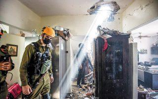 Τουλάχιστον 28 Παλαιστίνιοι έχασαν τη ζωή τους από τους σφοδρούς βομβαρδισμούς της ισραηλινής αεροπορίας στη Λωρίδα της Γάζας, σε αντίποινα για το μπαράζ ρουκετών της ισλαμικής Χαμάς, που στοίχισαν τη ζωή δύο Ισραηλινών γυναικών (φωτ. REUTERS / Avi Roccah).