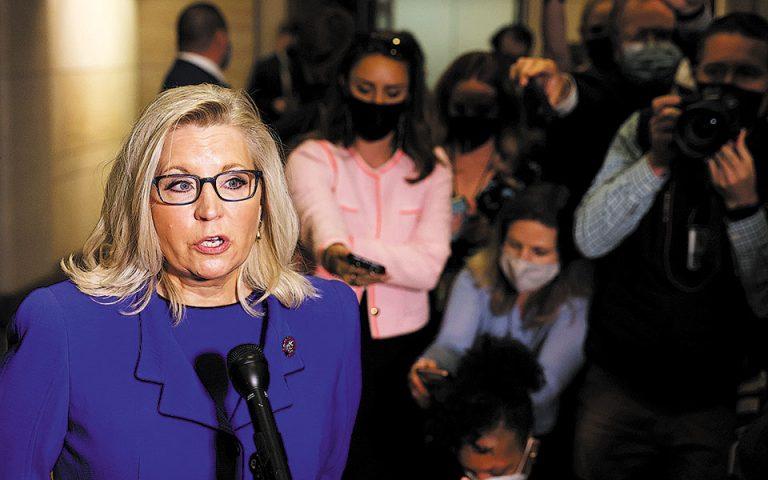 Πολιτικοί αναλυτές εκτιμούν ότι η απομάκρυνση της Λιζ Τσέινι από την προεδρία της κοινοβουλευτικής ομάδας μπορεί να ευνοήσει βραχυπρόθεσμα το κόμμα, συσπειρώνοντας τους οπαδούς του Τραμπ (φωτ. REUTERS/Evelyn Hockstein).