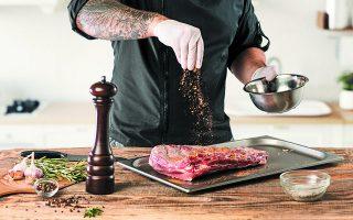 Ιδιοκτήτες - μάγειρες εστιατορίων φωτογραφίζονται με πιάτα που ξεχειλίζουν κρέατα, λες και η πανδημία δεν μας έδωσε κανένα μάθημα για τη φύση και την επείγουσα ανάγκη να ξαναβρούμε το χαμένο μέτρο. Φωτ. SHUTTERSTOCK