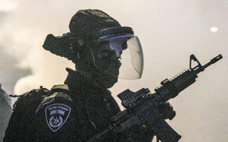 Δυνάμεις της στρατοχωροφυλακής συνόρων αναπτύχθηκαν σε αραβικές ή μεικτές πόλεις του Ισραήλ, ενώ διατάχθηκαν περιπολίες του στρατού, καθώς κλιμακώνονταν τα επεισόδια (φωτ. A.P. Photo/Heidi Levine).
