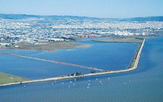 Παράκτιο τμήμα της λιμνοθάλασσας Καλοχωρίου. Η περιβαλλοντική κατάσταση του Θερμαϊκού, αν και βελτιωμένη, έχει σημαντικά προβλήματα.
