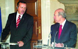 Στις 18 Νοεμβρίου 2002 ο νικητής των τουρκικών εκλογών Ρετζέπ Ταγίπ Ερντογάν επισκέφθηκε την Αθήνα και στη συνάντησή του με τον Κώστα Σημίτη είπε: «Ονειρεύομαι τις μέρες που θα έρθουν, όταν θα έχουν λυθεί τα προβλήματα και θα απολαμβάνουμε τους καρπούς της ειρήνης». Τα χρόνια που ακολούθησαν δεν επιβεβαίωσαν την ειλικρίνειά του. Φωτ. ΑΠΕ