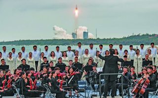 Η εκτόξευση του πυραύλου, στις 29 Απριλίου, ο οποίος έβαλε σε τροχιά το Τianhe, το κεντρικό τμήμα του κινεζικού διαστημικού σταθμού, συνοδεύθηκε με συναυλία, αλλά και... παρατράγουδα. Μερικές ημέρες αργότερα, ο πύραυλος άρχισε να πέφτει ανεξέλεγκτα προς τη Γη – ευτυχώς κατέληξε στον Ινδικό Ωκεανό.  Φωτ. EPA / MATJAZ TANCIC
