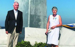 Ο 74χρονος Γάλλος Κριστιάν Φετίς ζει με τη σύζυγό του Κατρίν στην Τήνο. Μόλις προ ημερών έλαβαν προσωρινό ΑΜΚΑ ώστε να μπορέσουν να εμβο-λιαστούν, ωστόσο τώρα δεν υπάρχουν άμεσα διαθέσιμα ραντεβού στο νησί.