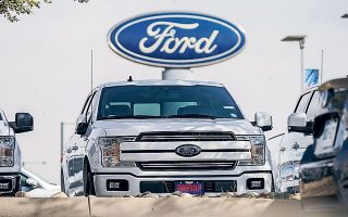 Οι Ford Motor και General Motοrs προειδοποιούν ότι το τρίμηνο που διανύουμε θα είναι το χειρότερο, καθώς αναγκάζονται να αναστείλουν τη λειτουργία μονάδων παραγωγής εξαιτίας της έλλειψης σημαντικών εξαρτημάτων.