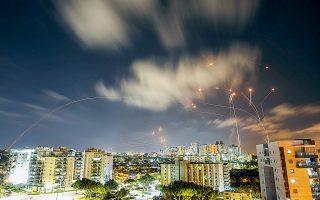 Ενώ συνεχίζονται με καταιγιστικό ρυθμό οι ισραηλινοί βομβαρδισμοί και τα μπαράζ εκτοξεύσεων ρουκετών της Χαμάς, χερσαίες δυνάμεις του Ισραήλ είναι έτοιμες να εισβάλουν στη Λωρίδα της Γάζας, κάτι που θα μπορούσε να αυξήσει δραματικά τον φόρο αίματος (φωτ. REUTERS / Amir Cohen).