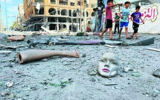 Παιδιά σε δρόμο βομβαρδισμένης συνοικίας στη Γάζα. Από τη νύχτα της περασμένης Δευτέρας, αυτό που ξεκίνησε ως αυθόρμητη, αντικατοχική εξέγερση άοπλων Παλαιστινίων κακοφόρμισε σε ένα νέο πόλεμο με τους συνήθεις πρωταγωνιστές: το εβραϊκό κράτος και την ισλαμική Χαμάς. Φωτ. REUTERS / Mohammed Salem