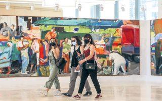 Η «Λαϊκή αγορά» (1979-1982), εμβληματικό έργο του Παναγιώτη Τέτση (1925-2016), το οποίο ο καλλιτέχνης δώρισε στην Εθνική Πινακοθήκη, κυριαρχεί στον χώρο του φουαγιέ.