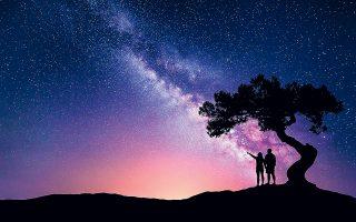 «Τόσο πολλοί αστερισμοί, που/ κάποιος μας προτείνει. Ημουν,/ όταν σε κοίταξα - πότε; -,/ έξω/ στους άλλους κόσμους». (Φωτ. SHUTTERSTOCK)