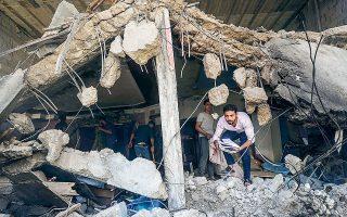 Παλαιστίνιος αναζητεί ό,τι σώθηκε κάτω από τα ερείπια ενός κτιρίου (φωτ. REUTERS / Mohammed Salem).