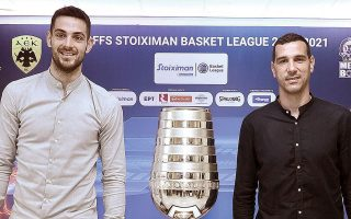 Παπαπέτρου και Ζήσης, οι αρχηγοί του Παναθηναϊκού και της ΑΕΚ, πόζαραν χθες με το κύπελλο του πρωταθλητή (φωτ. INTIMENEWS).