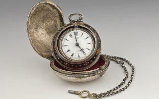 Ρολόι τσέπης του Κανέλλου Δεληγιάννη. Κατασκευαστής Edward Prior, 1860. Επίχρυσος μηχανισμός, ασήμι, ταρταρούγα. Τα ρολόγια αυτά αποτελούσαν πολύτιμο περιουσιακό στοιχείο και ένδειξη κοινωνικού κύρους. Επενδύονταν με εξωτερικό ασημένιο κάλυμμα από ντόπιους αργυροχόους. Ο Κ. Δεληγιάννης το απέκτησε στο τέλος της ζωής του.