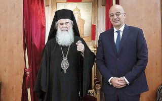 Ο υπουργός Εξωτερικών Ν. Δένδιας κατά τη χθεσινή συνάντησή του με τον Πατριάρχη Ιεροσολύμων Θεόφιλο Γ΄ (φωτ. ΑΠΕ-ΜΠΕ/ΥΠΟΥΡΓΕΙΟ ΕΞΩΤΕΡΙΚΩΝ/ΧΑΡΗΣ ΑΚΡΙΒΙΑΔΗΣ).