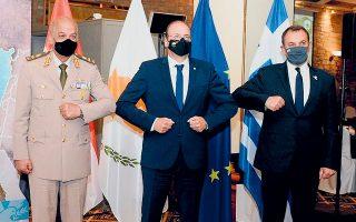 Η κοινή δήλωση των τριών υπουργών Εθνικής Αμυνας Ελλάδας, Αιγύπτου και Κυπριακής Δημοκρατίας, Ν. Παναγιωτόπουλου, στρατηγού Μοχάμεντ Ζάκι και Χαρ. Πετρίδη, περιλαμβάνει σαφείς αιχμές κατά της Τουρκίας (φωτ. ΥΠΕΘΑ).