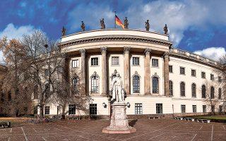Στη διάρκεια του περασμένου έτους οι ενδιαφερόμενοι που κατέθεσαν αιτήσεις για προγράμματα κατάρτισης στη Γερμανία μειώθηκαν κατά περισσότερο από 9% και είναι σαφές ότι πρόκειται για «ευθεία συνέπεια» της πανδημίας. Παράλληλα, τα γερμανικά πανεπιστήμια κατέγραψαν πέρυσι 30% λιγότερους ξένους φοιτητές, πολλοί από τους οποίους παρακολούθησαν τις σπουδές τους online από την πατρίδα τους, ελαχιστοποιώντας, έτσι, τις κοινωνικές επαφές, που συχνά εξελίσσονται σε κίνητρο για να παραμείνουν στη χώρα και να εργαστούν εκεί μετά το πέρας των σπουδών τους (φωτ. SHUTTERSTOCK).