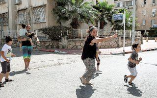 Από την έναρξη των συγκρούσεων και μέχρι χθες το βράδυ, 230 Παλαιστίνιοι, συμπεριλαμβανομένων 65 παιδιών και 39 γυναικών, είχαν χάσει τη ζωή τους. Στο Ισραήλ, 12 άνθρωποι σκοτώθηκαν από ρουκέτες της Χαμάς (φωτ. A.P. Photo/Heidi Levine).