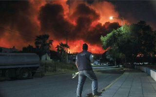 Περισσότερα από 20.000 στρέμματα πυκνού πευκοδάσους και αρκετά σπίτια είχαν καταστραφεί μέχρι χθες αργά το απόγευμα από την πρώτη μεγάλη φετινή πυρκαγιά, που ξεκίνησε το βράδυ της Τετάρτης από καύση κλαδιών σε ελαιώνα στον Σχίνο Κορινθίας. Στην περιοχή εκκενώθηκαν αρκετοί οικισμοί, ενώ οι πυροσβεστικές δυνάμεις περίμεναν μια δεύτερη δύσκολη νύχτα μάχης με τις φλόγες (φωτ. INTIME NEWS / ΛΙΑΚΟΣ ΓΙΑΝΝΗΣ).