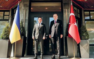 Ο Τούρκος πρόεδρος Ερντογάν (δεξιά) με τον Ουκρανό ομόλογό του Ζελένσκι. Η Μόσχα δεν καλοβλέπει τα ανοίγματα της Αγκυρας προς το Κίεβο (φωτ. EPA).