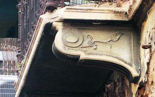 Λεπτομέρεια από το μπαλκόνι στο σπίτι της οδού Κεραμέων 8, στο Μεταξουργείο.  Φωτ. ΝΙΚΟΣ ΒΑΤΟΠΟΥΛΟΣ